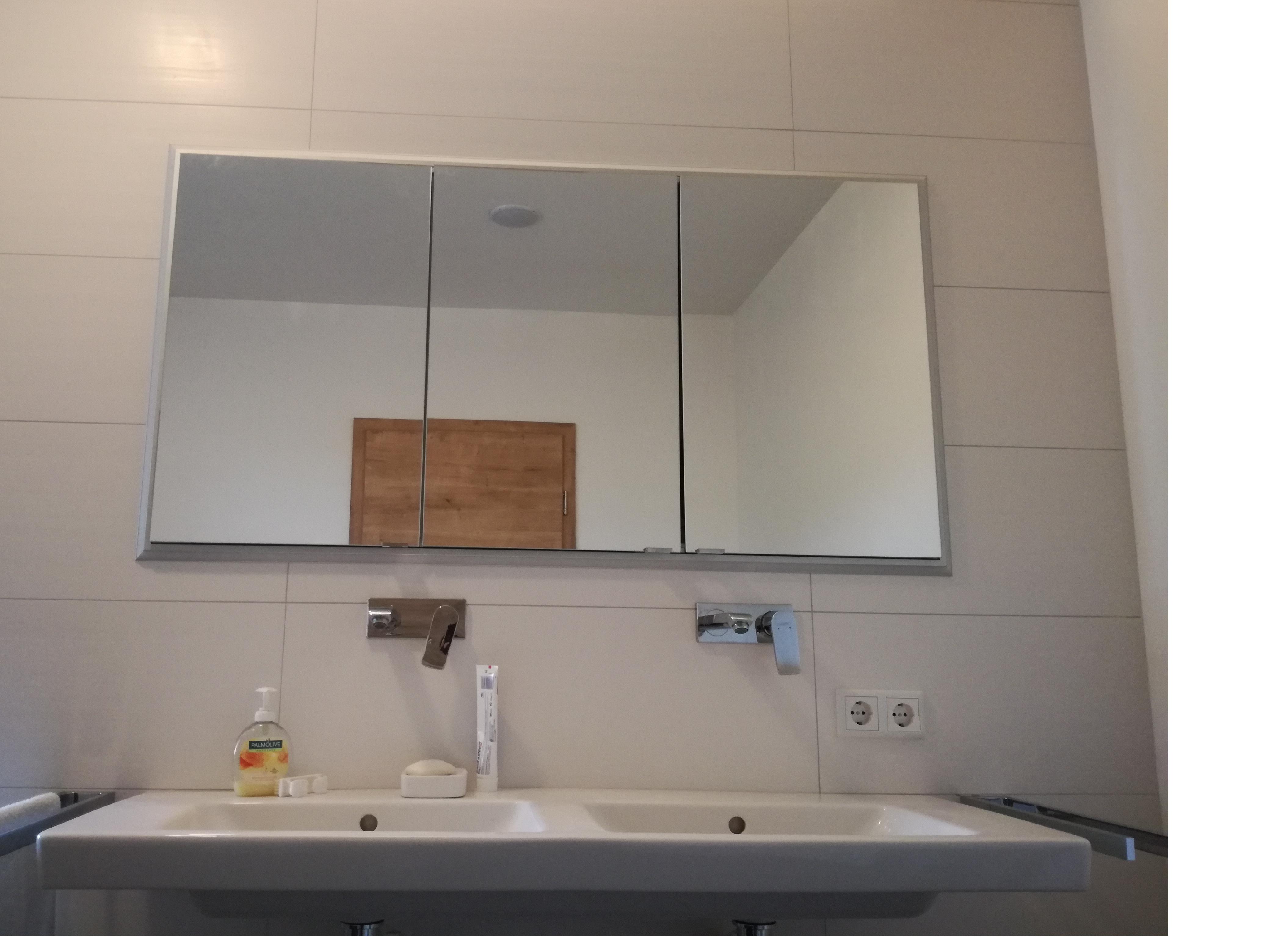 Doppelwaschtisch mit Wandarmaturen und einbautem Spiegelschrank